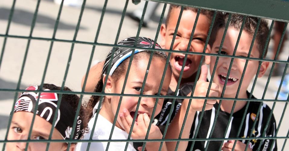 Pequenos corintianos aguardam início da partida contra o Bragantino pela 5ª rodada do Paulistão (05/02/2012)