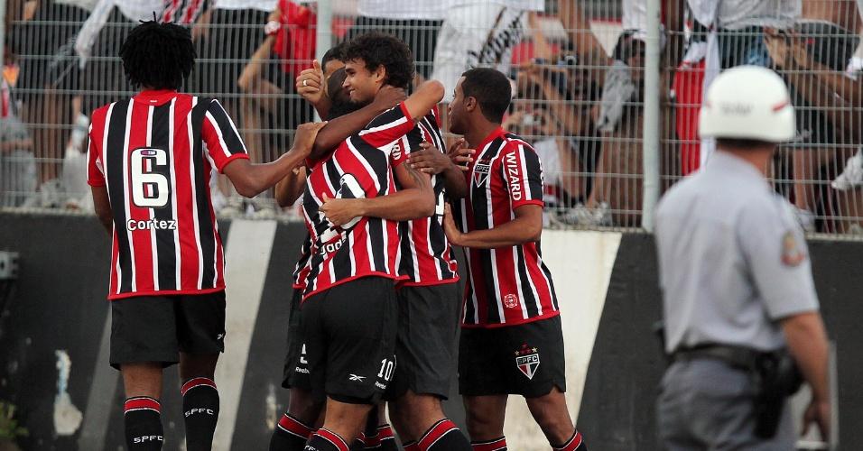Policial observa comemoração dos jogadores do São Paulo na partida contra a Ponte Preta no Moisés Lucarelli (05/02/2012)