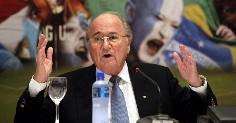 Presidente da Fifa, Joseph Blatter dá entrevista coletiva após reunião na Conmebol, no Paraguai