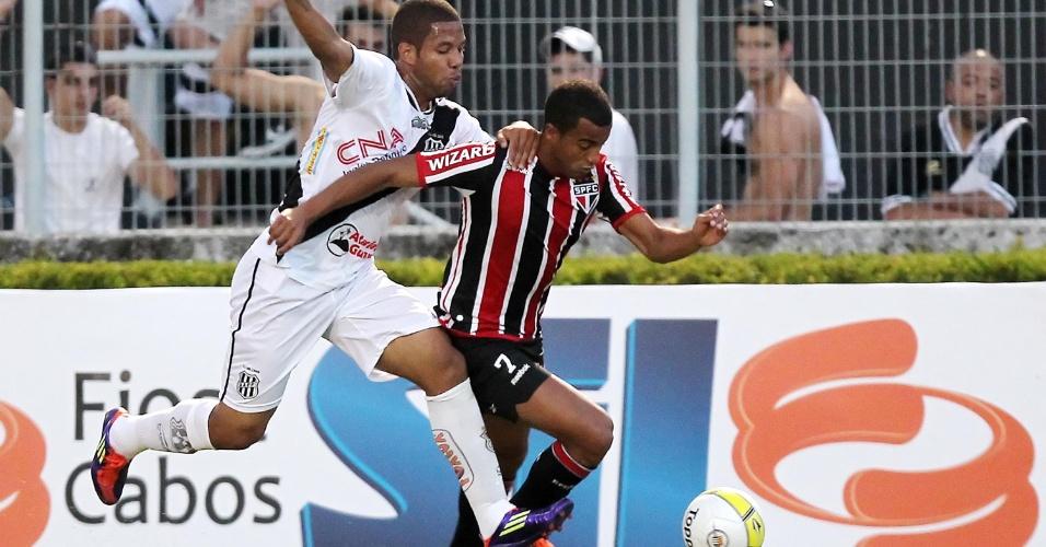 São-paulino Lucas escapa da marcação da Ponte Preta na partida pela 5ª rodada do Paulistão (05/02/2012)