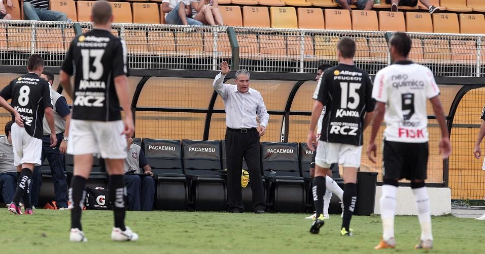 Técnico Tite passa instrução para o time do Corinthians no empate por 1 a 1 com o Bragantino no Pacaembu (05/02/2012)