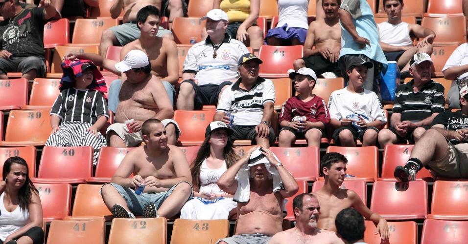 Torcida se protege do sol antes do início da partida entre Corinthians e Bragantino pelo Campeonato Paulista (05/02/2012)