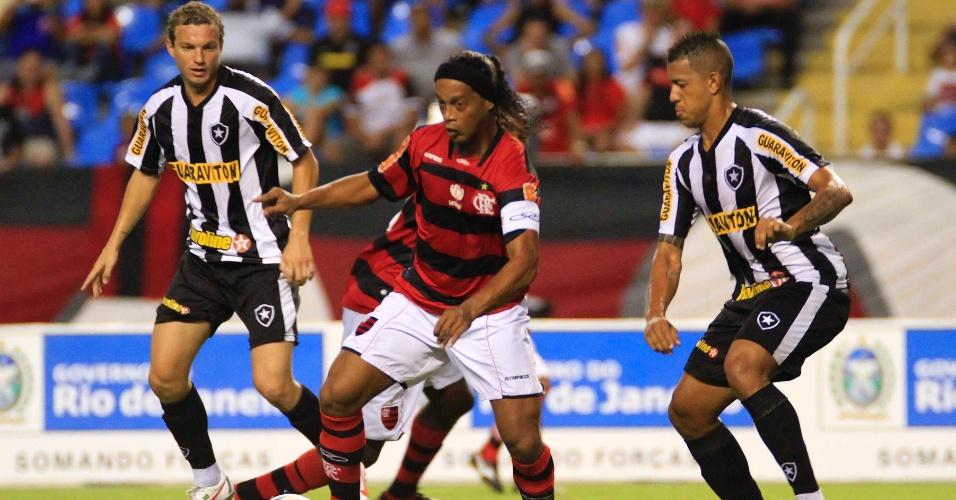 Vigiado pela defesa do Botafogo, Ronaldinho tenta a jogada