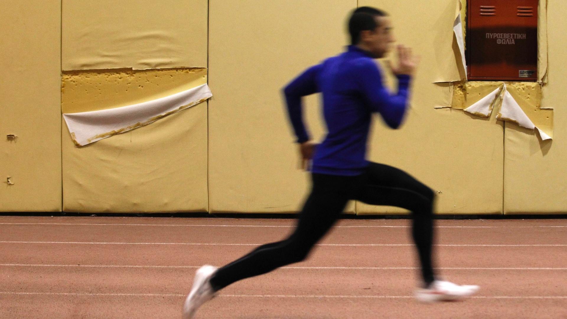 Atleta grego treina no complexo de Agios Kosmas, um dos símbolos do abandono das instalações olímpicas de Atenas-2004 (3/2/2012)