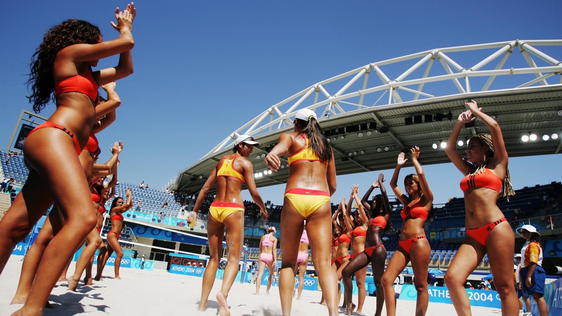 Dançarinas animam a arena de vôlei de praia antes de partida entre duplas da China e da Alemanha na Olimpíada de Atenas (14/8/2004)