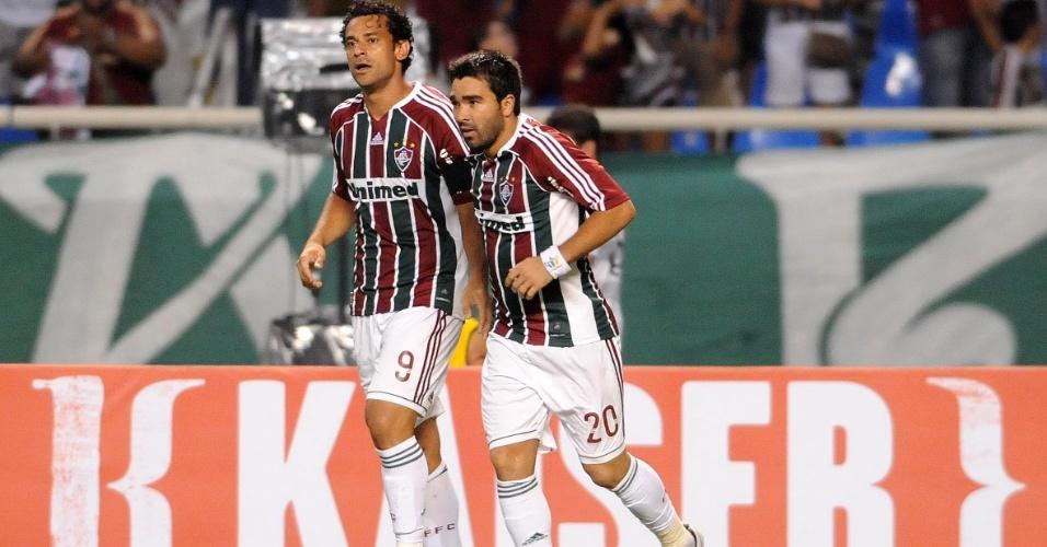 Fred e Deco comemoram gol do Fluminense na partida contra o Arsenal de Sarandi, pela Libertadores