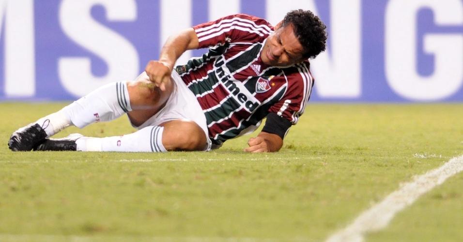 Fred fica caído no gramado após sentir pancada durante o jogo contra o Arsenal de Sarandi