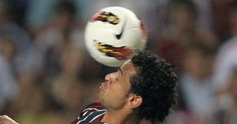 Fred tenta dominar a bola observado por Hugo Nervo, do Arsenal Sarandi, em jogo da Libertadores
