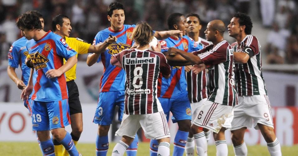 Jogadores de Fluminense e Arsenal de Sarandi se desentendem durante partida válida pela Libertadores