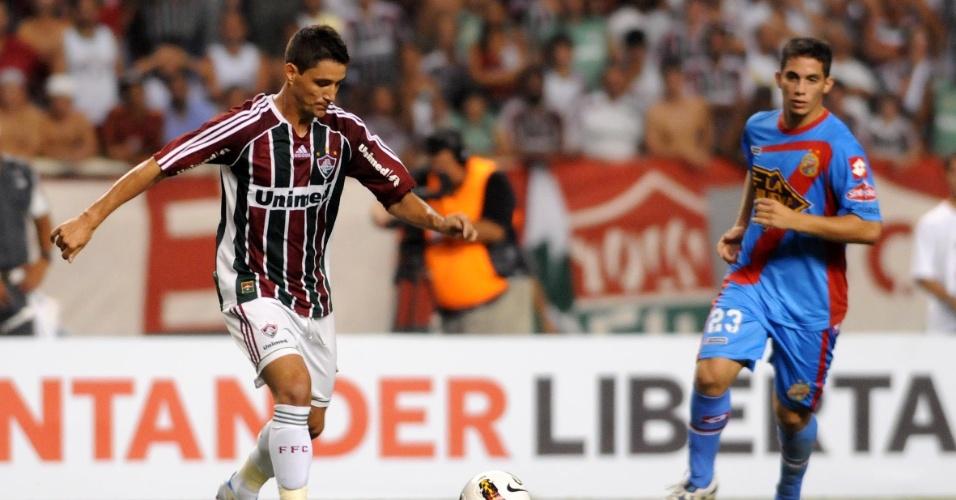 Thiago Neves conduz a bola durante a vitória do Fluminense sobre o Arsenal de Sarandi (ARG)