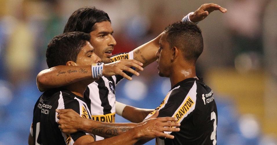 Atacante Loco Abreu abre o placar para o Botafogo contra o Olaria e comemora com os companheiros no Engenhão (08/02/2012)