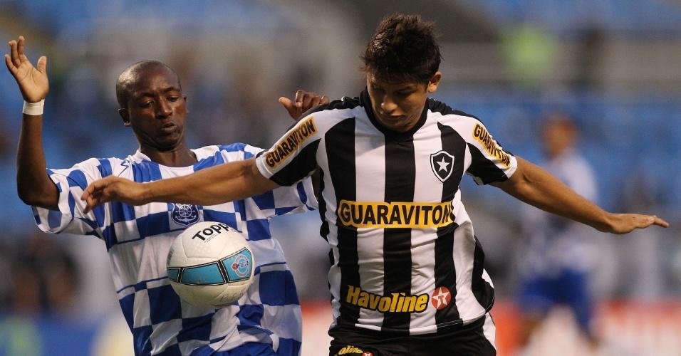 Botafoguense Elkeson disputa a bola com jogador do Olaria em partida no Engenhão, pelo Estadual do Rio (08/02/2012)