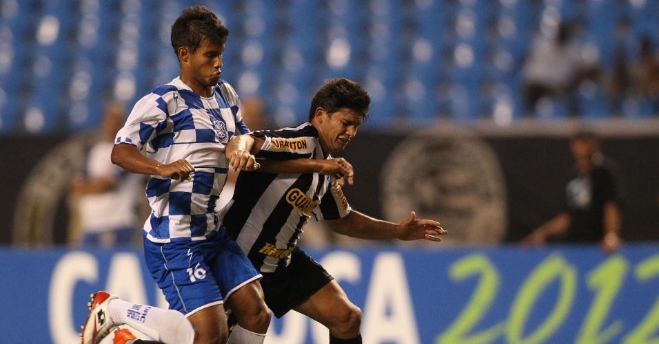 Botafoguense Elkeson tenta passar pela marcação do Olaria no Engenhão pelo Estadual do Rio (08/02/2012)