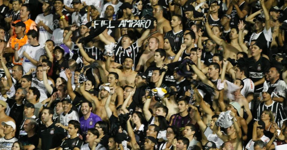 Corintianos fazem a festa durante jogo contra o Mogi Mirim