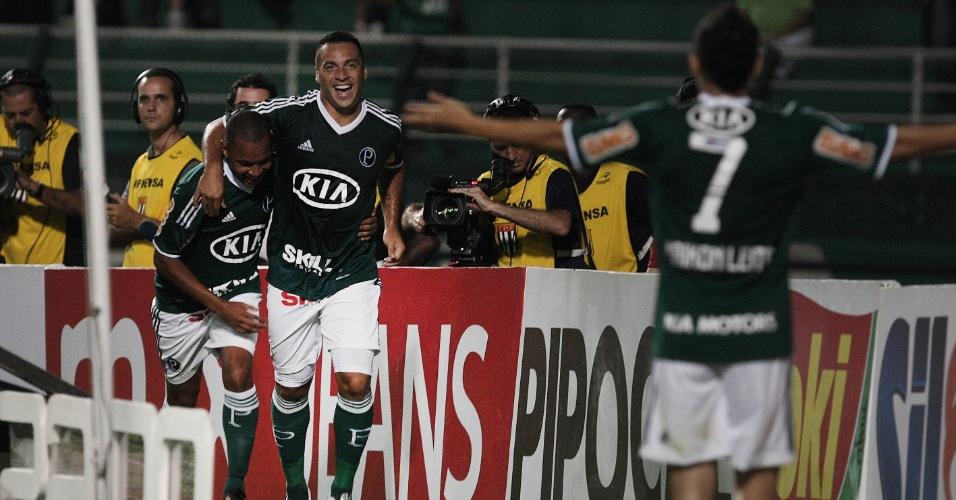Daniel Carvalho comemora seu gol com Patrik e Maikon Leite