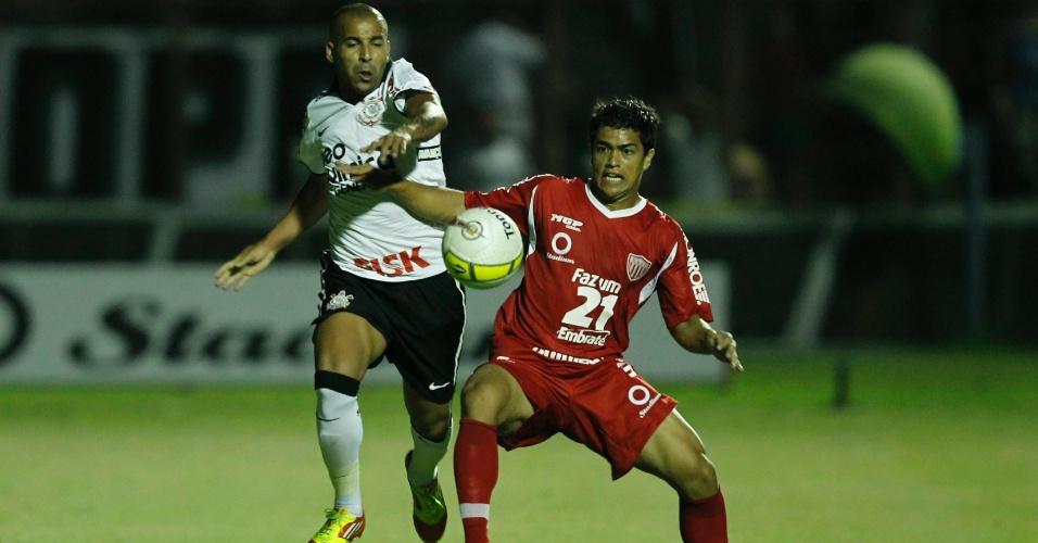 De volta ao time, Emerson disputa a bola com defensor do Mogi