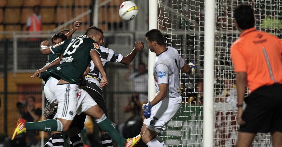 Fernandão disputa a bola com a zaga do XV de Piracicaba