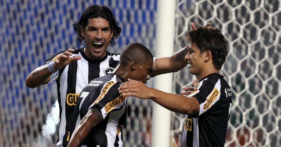 Jogadores do Botafogo comemoram gol de Elkeson na partida contra o Olaria pelo Estadual do Rio (08/02/2012)