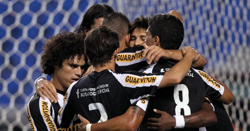 Jogadores do Botafogo comemoram gol de Loco Abreu na partida contra o Olaria pelo Estadual do Rio (08/02/2012)