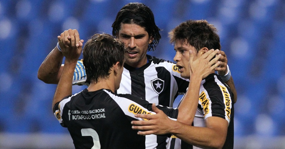 Jogadores do Botafogo festejam gol de Elkeson na partida contra o Olaria pelo Estadual do Rio (08/02/2012)