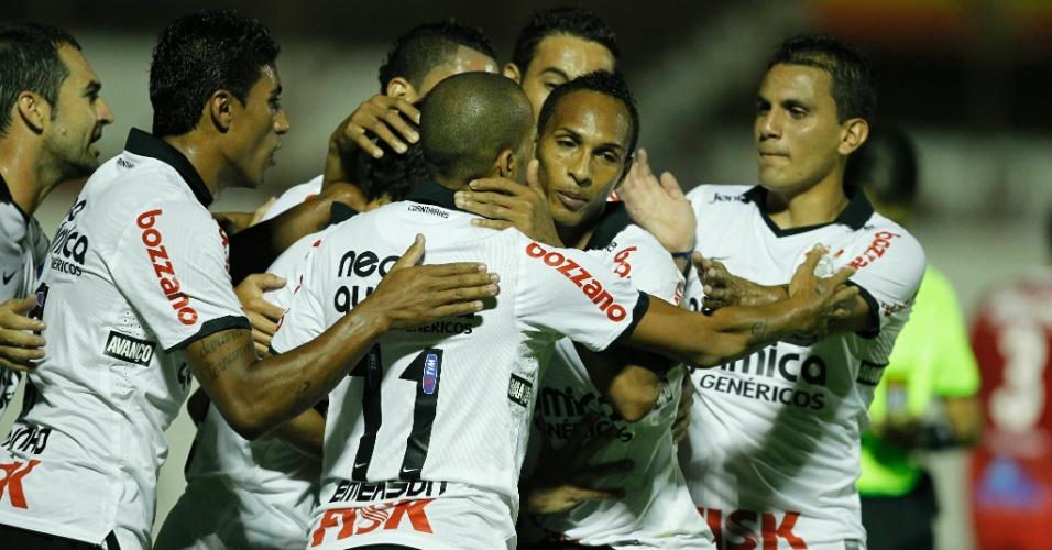 Jogadores do Corinthians comemoram o gol marcado de pênalti por Emerson
