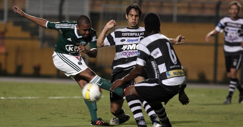 Patrik tenta a jogada no meio de campo durante jogo contra o XV de Piracicaba