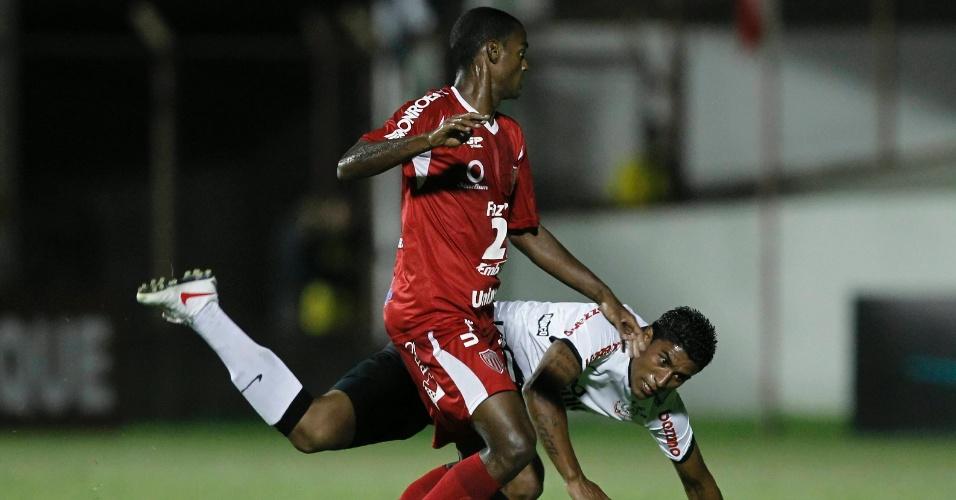 Paulinho cai após dividida com jogador do Mogi no meio