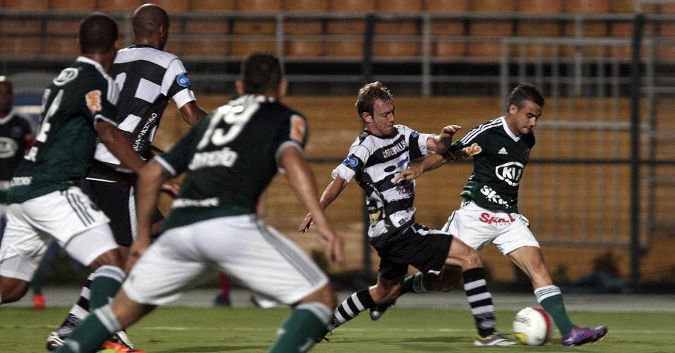 Pela ponta esquerda, Maikon Leite tenta a jogada durante jogo contra o XV de Piracicaba