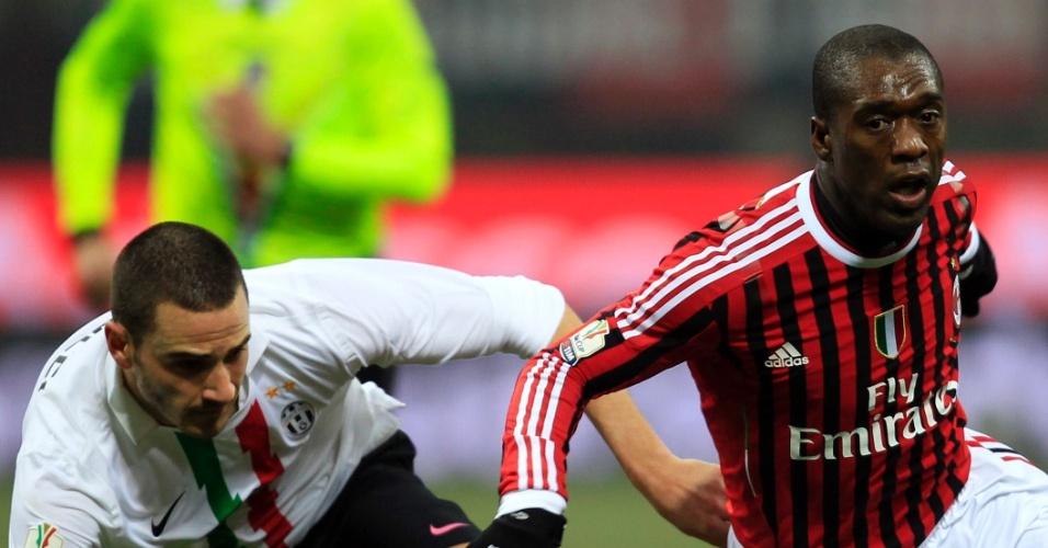 Seedorf, do Milan, disputa a jogada com Bonucci, da Juventus, em jogo válido pela Copa da Itália