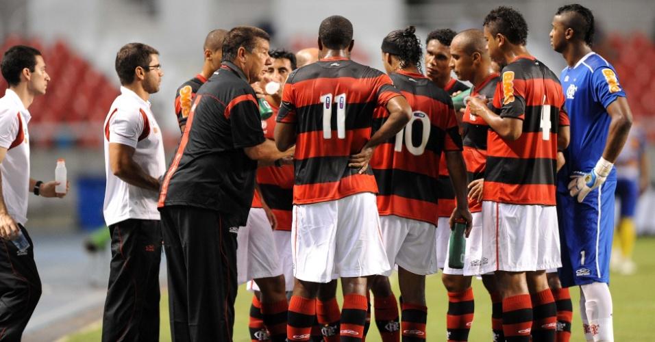Joel Santana passa orientações para os jogadores do Flamengo durante a partida contra o Madureira