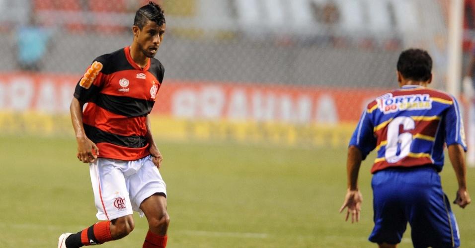 Léo Moura tenta jogada observado por marcador do Madureira durante partida no Campeonato Carioca