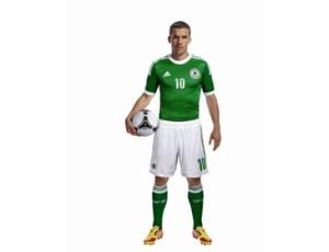 Lukas Podolski veste o novo segundo uniforme alemão, da Adidas. A apresentação ocorreu nesta quinta-feira em Herzogenaurach, na Alemanha (9/2/2012)