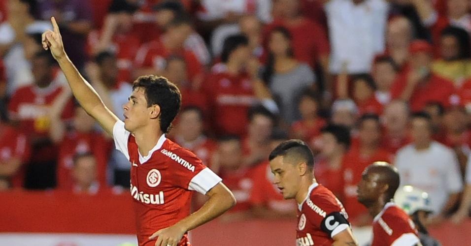 O meia Oscar comemora gol do Inter