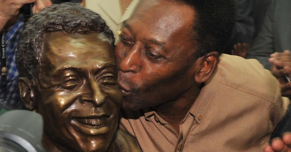Pelé é homenageado com estátua no estádio l'Amitie, em Libreville, no Gabão