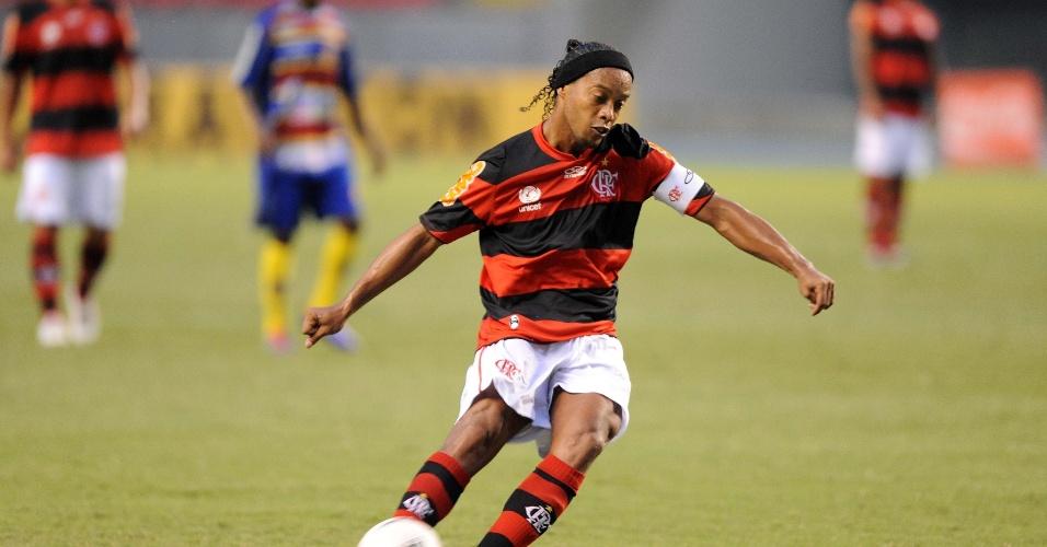 Ronaldinho Gaúcho cobra falta na partida entre Flamengo e Madureira, pelo Campeonato Carioca