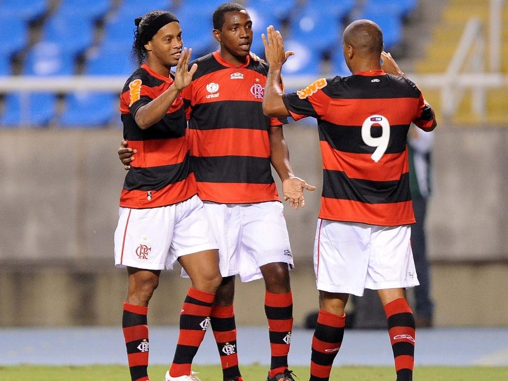 Ronaldinho Gaúcho, Renato e Deivid comemoram gol do Flamengo na partida contra o Madureira
