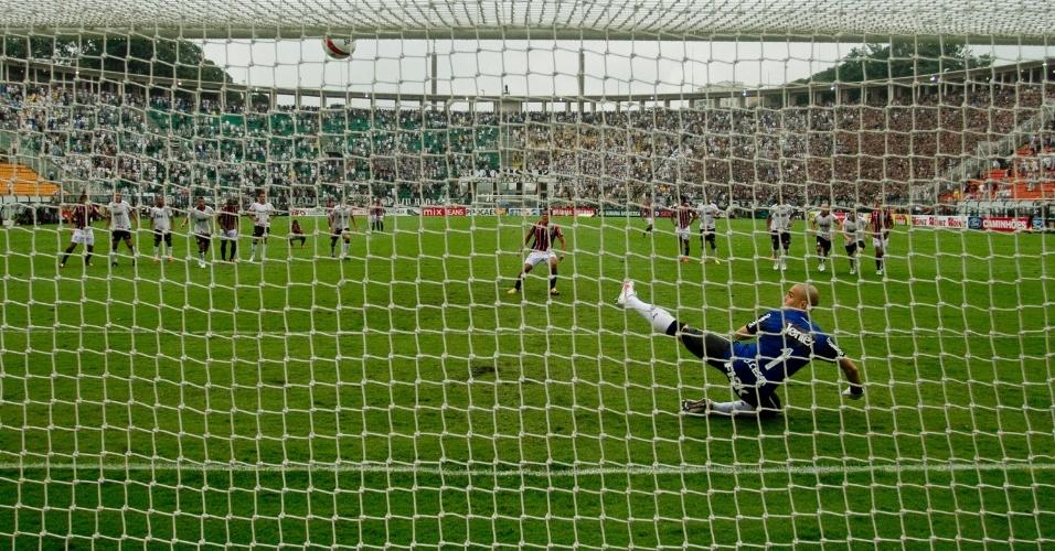 Detalhe do pênalti mal batido por Jadson, do São Paulo, que passou muito acima do gol do Corinthians