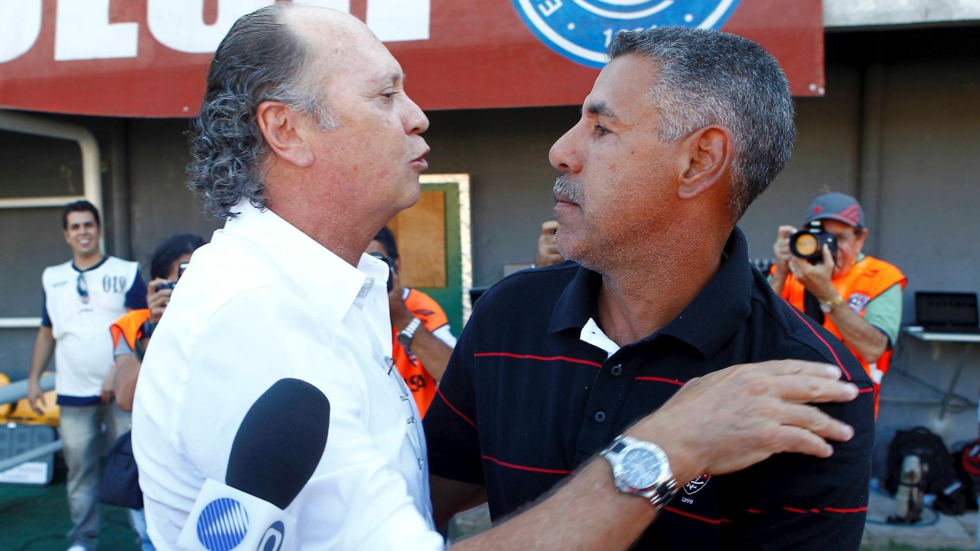 Falcão, técnico do Bahia, cumprimenta Toninho Cerezo, seu companheiro de seleção em 1982 e técnico do Vitória