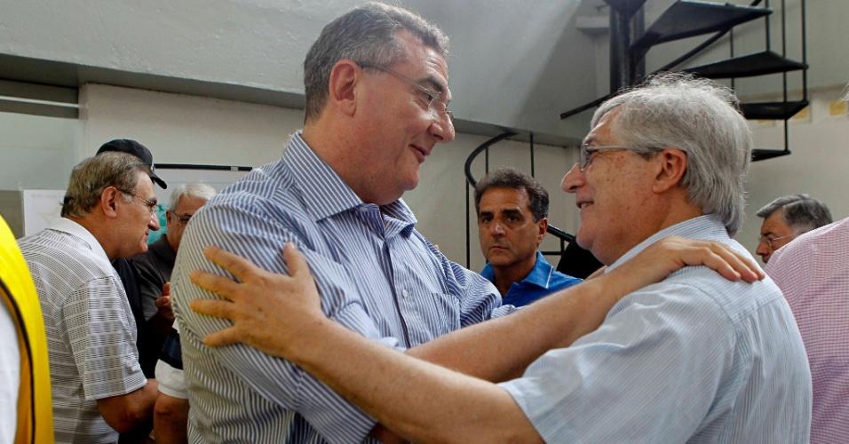 João Paulo de Jesus Lopes, vice de futebol do São Paulo (à direita), cumprimenta Mario Gobbi, novo presidente do Corinthians