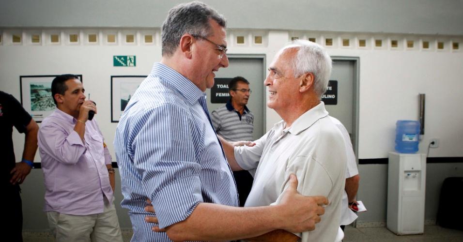 Mario Gobbi, novo presidente do Corinthians, é cumprimentado por Carlos Augusto Barros e Silva, o Leco, vice-presidente do São Paulo