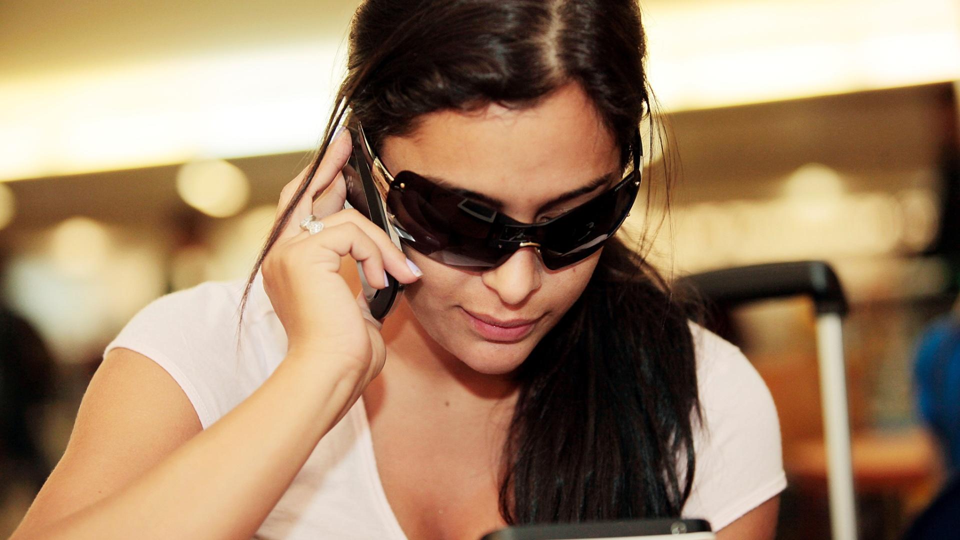 A modelo Larissa Riquelme em entrevista ao UOL Esporte, no aeroporto de Guarulhos