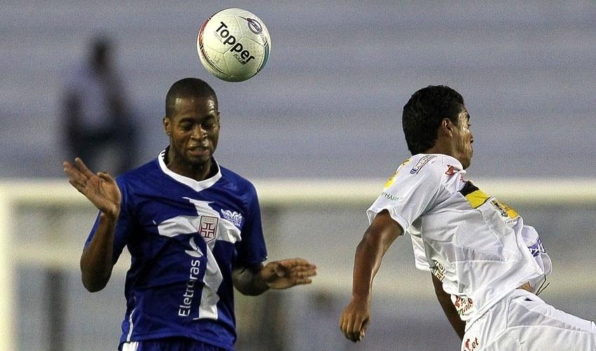 Dedé ganha jogada pelo alto contra adversário do Volta Redonda, em partida do Campeonato Carioca