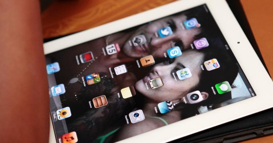Detalhe do iPad de Larissa Riquelme, com uma foto dela com o namorado como papel de parede