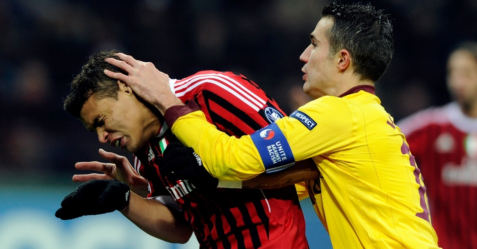 Jogada envolvendo Thiago Silva, do Milan, e Van Persie, do Arsenal, no San Siro (15/02/2012)