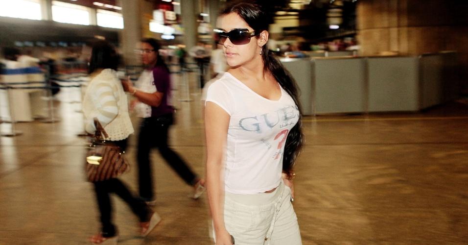 Larissa Riquelme caminha no aeroporto de Guarulhos; musa paraguaia já recebeu convites para participar do reality