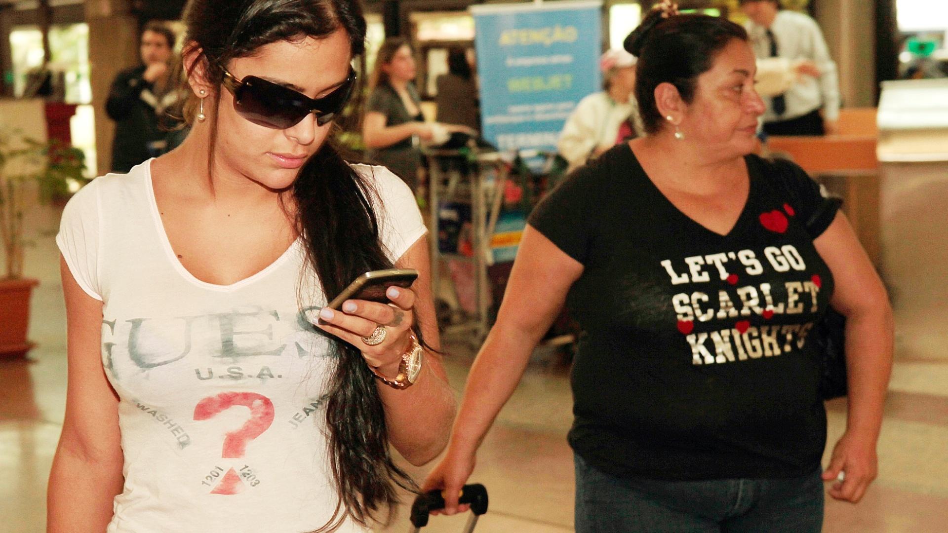 Larissa Riquelme mexe no celular ao lado da mãe, dona Limpia, com quem viajou para Recife para uma sessão de fotos