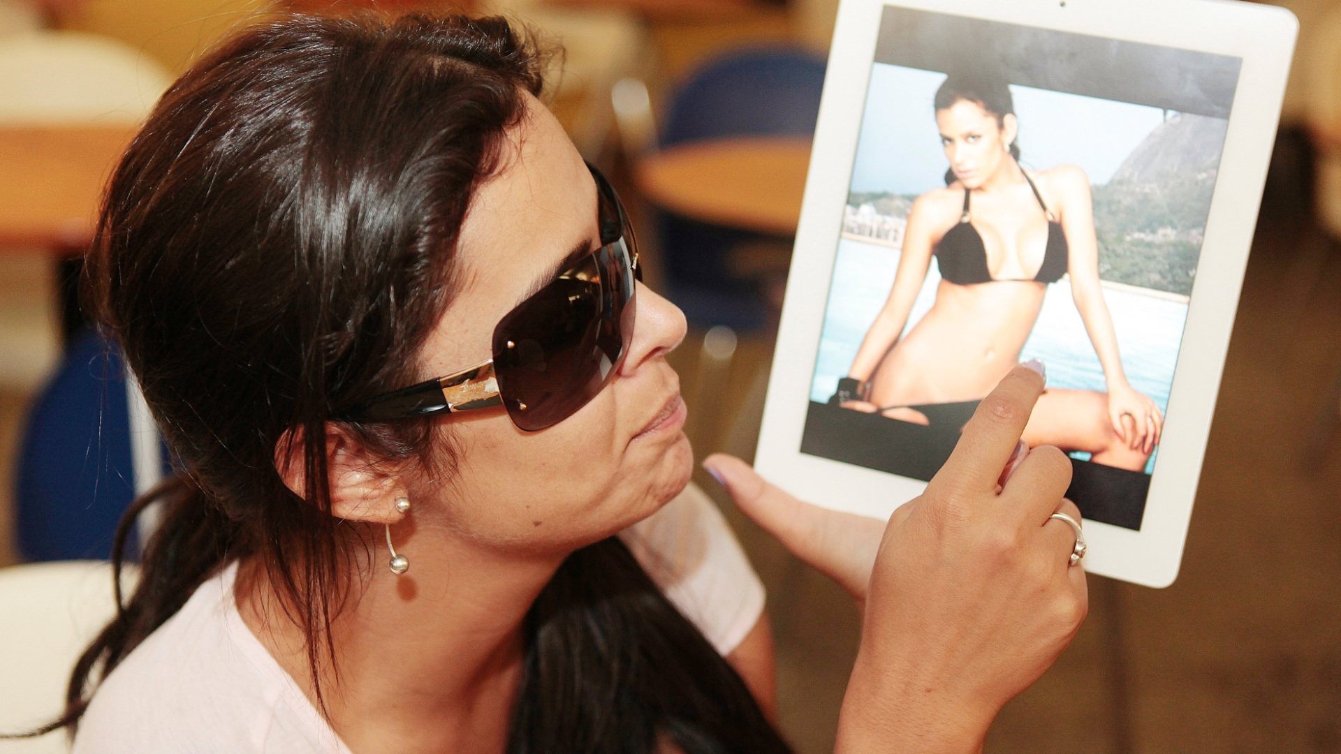 Larissa Riquelme mostra uma foto dela mesma, de biquini, em um ensaio antigo