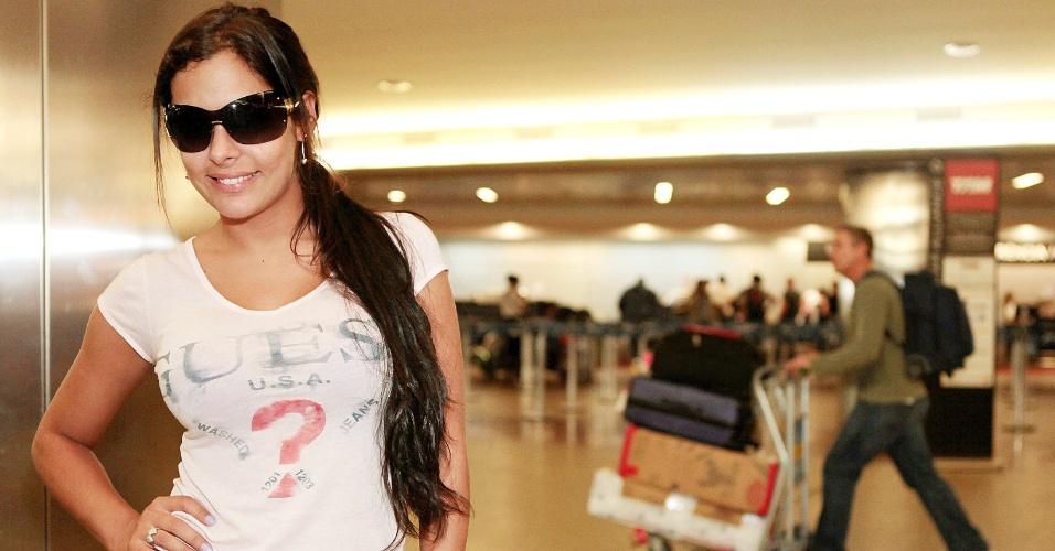 Larissa Riquelme posa para fotos no aeroporto de Guarulhos, em entrevista para o UOL Esporte