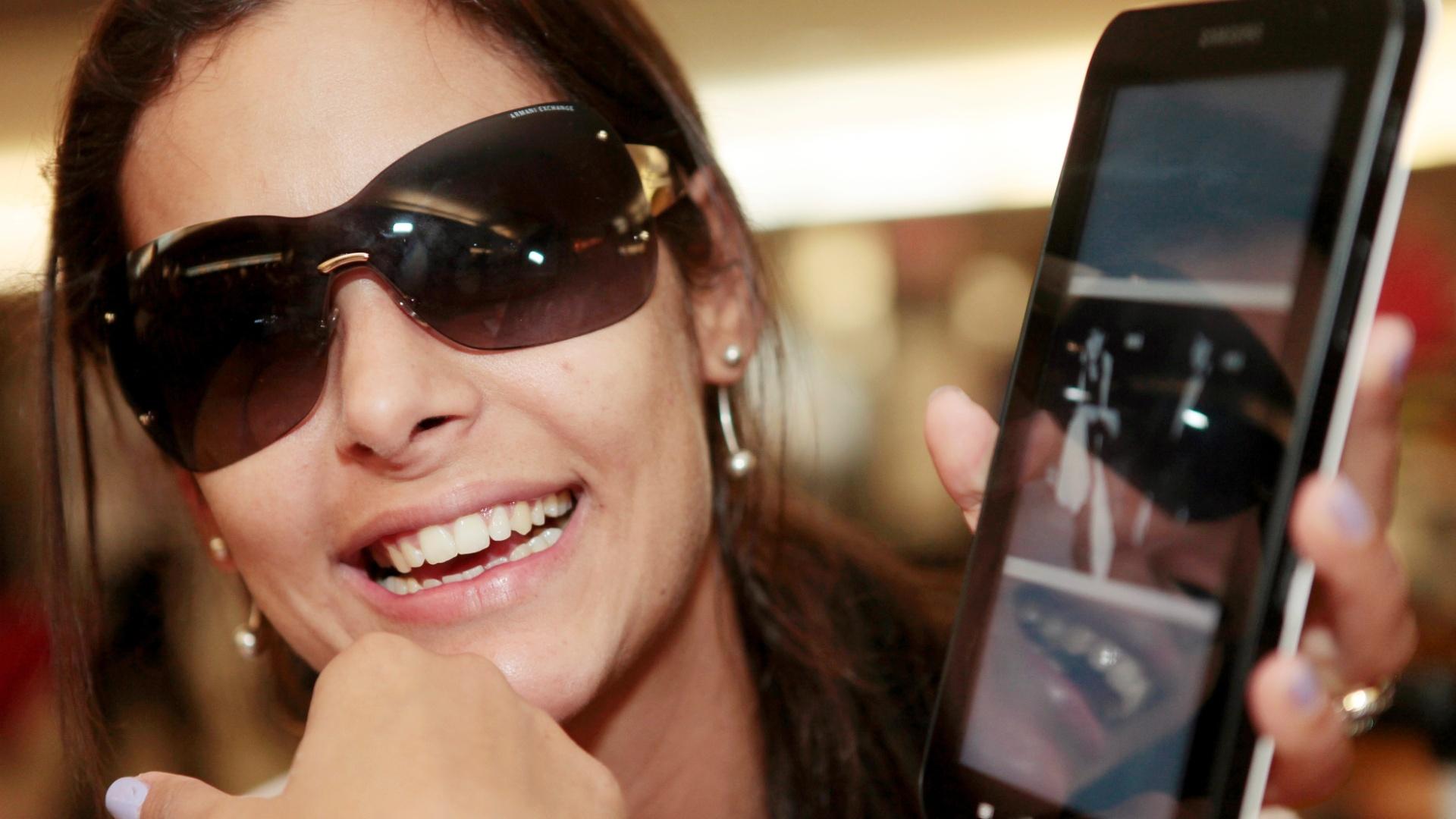 Larissa Riquelme sorri durante entrevista ao UOL Esporte, no aeroporto de Guarulhos