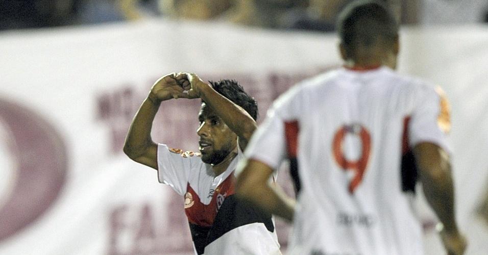 Lateral direito Léo Moura comemora ao marcar pelo Fla contra o Lanús
